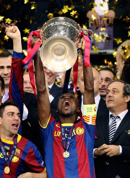 Xavi Hernandez, jogador do Barcelona, levanta a taça de campeão da UEFA Champions League, em Londres