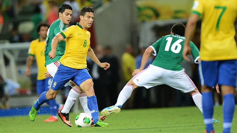Jogador Hernanes disputa a bola com o jogador Herrera do México, pela Copa das Confederações em Fortaleza