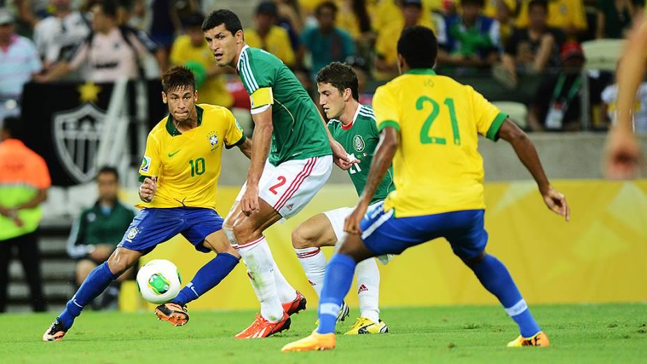 Neymar toca para Jô fazer o segundo gol do Brasil contra o México, pela Copa das Confederações em Fortaleza
