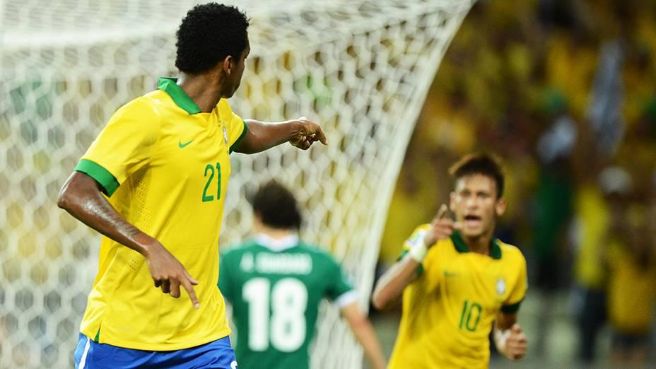 Jô agradece assistência de Neymar, que deu origem ao segundo gol do Brasil contra o México, pela Copa das Confederações em Fortaleza