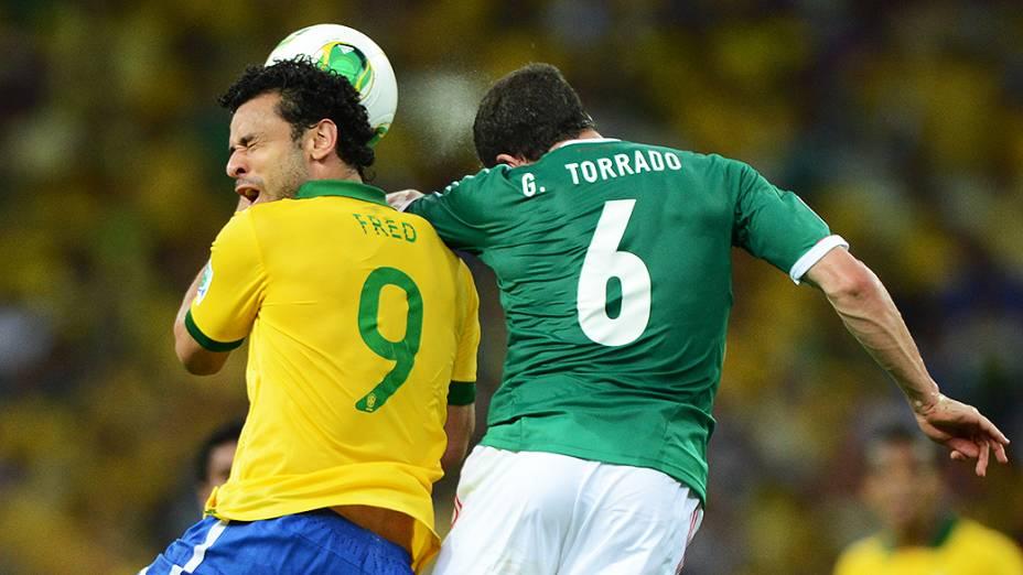 Jogador Fred cabeceia a bola, durante jogo contra o México, pela Copa das Confederações em Fortaleza
