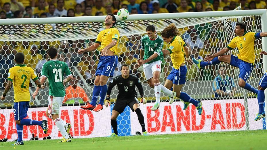 Jogador Fred cabeceia a bola, durante escanteio do México, pela Copa das Confederações em Fortaleza