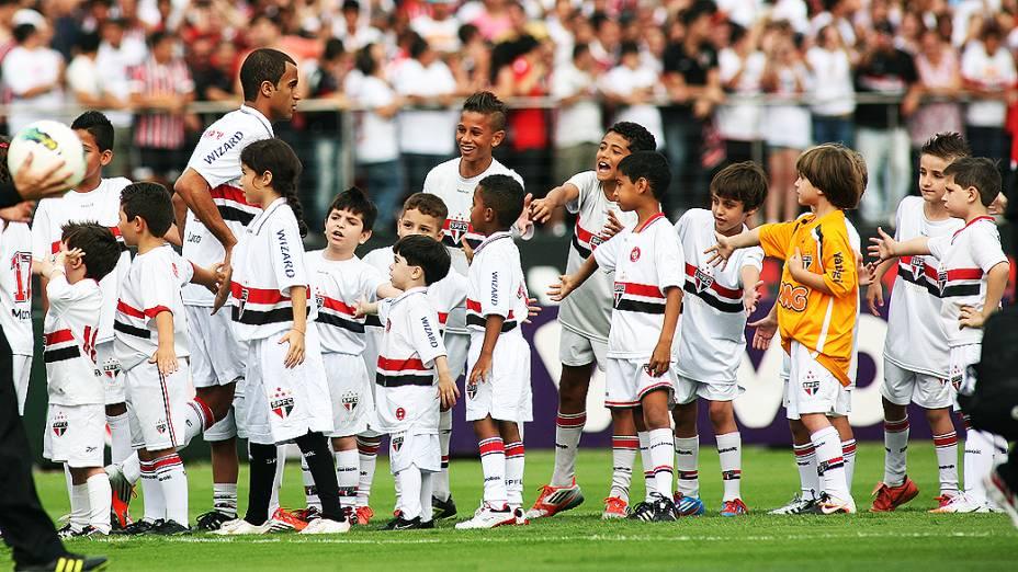 Jogador Lucas entra em campo para partida entre São Paulo e Fluminense, no estádio do Morumbi