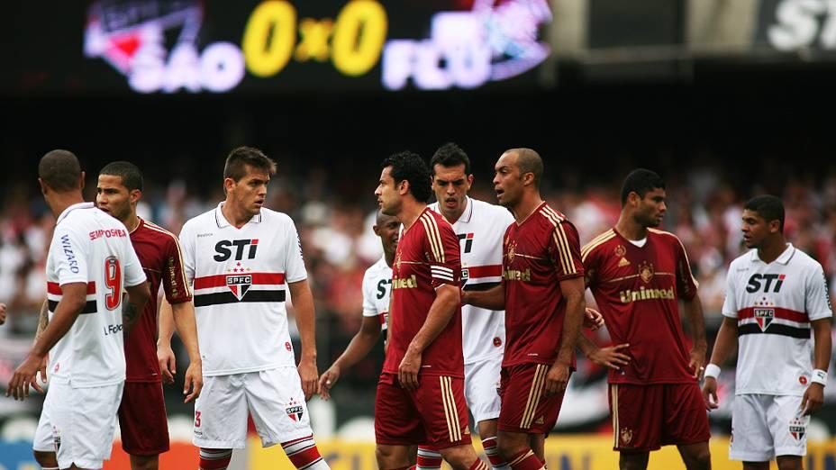 Jogadores em lance durante partida entre São Paulo e Fluminense, no estádio do Morumbi