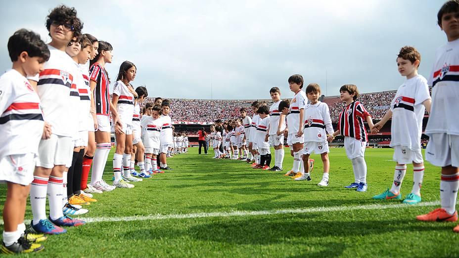 Crianças esperam jogadores antes da partida entre São Paulo e Fluminense, no estádio do Morumbi