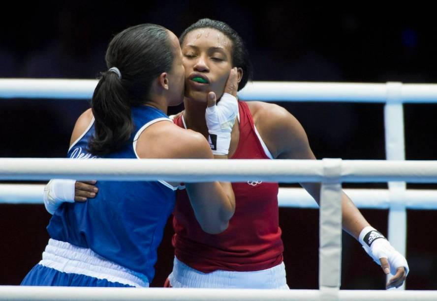 A brasileira Erica Matos, do boxe, cumprimenta a adversária