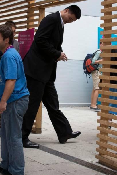 O ex-jogador de basquete chinês Yao Ming no centro de imprensa do Parque Olímpico
