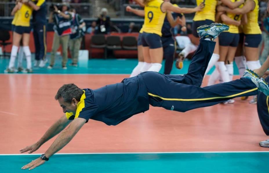 O técnico Zé Roberto mergulha na quadra para comemorar a vitória contra a Rússia