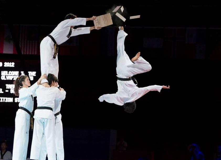 Apresentação de luta marcial no taekwondo olímpico