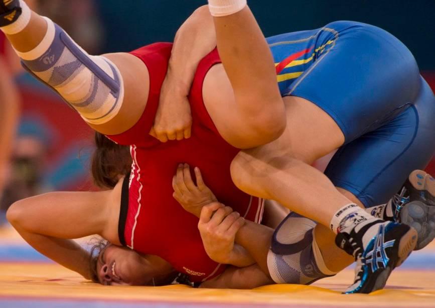 Joice Souza da Silva (de vermelho), brasileira que participou da competição de wrestling