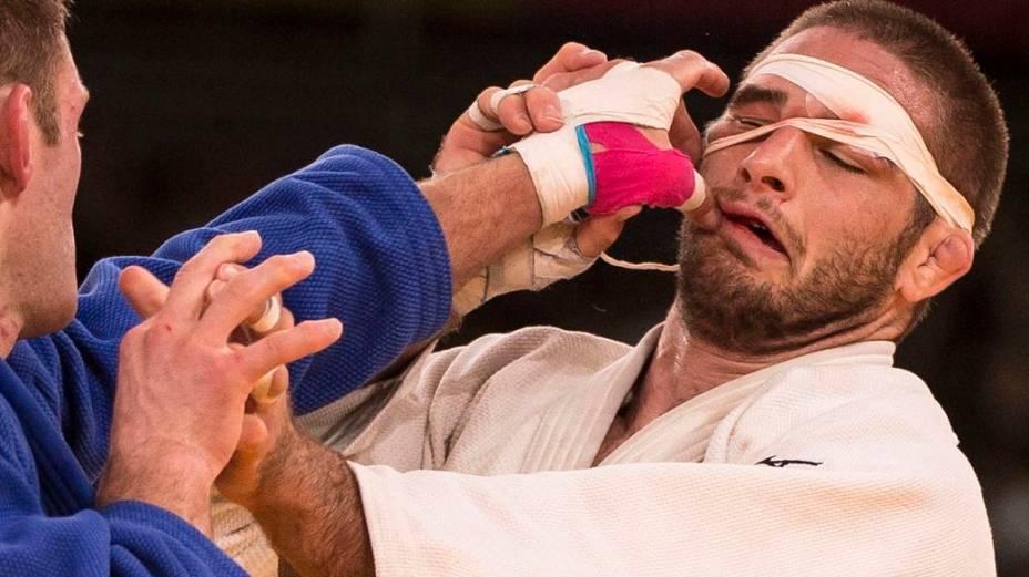 Judoca compete com o rosto enfaixado