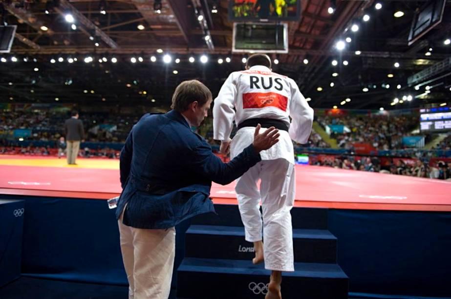 Técnico incentiva judoca russo antes de combate