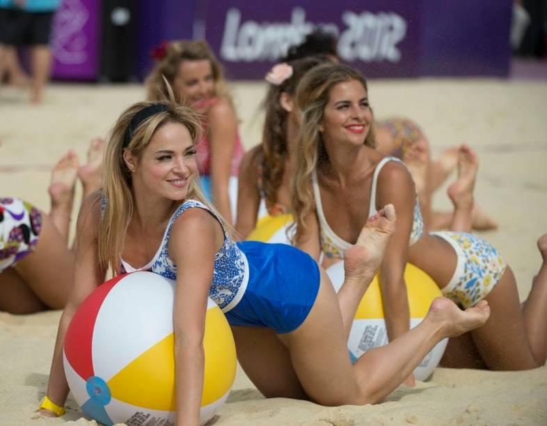 Cheerleaders do vôlei de praia, em Horse Guards Parade