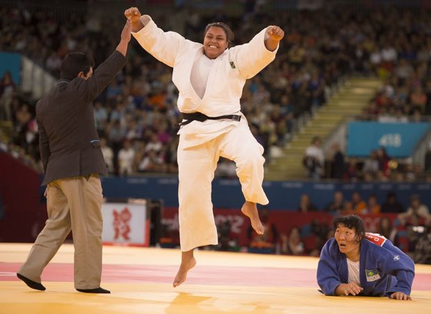 A judoca brasileira Maria Suelen comemora vitória sobre a cazaque Gulzhan Issanova