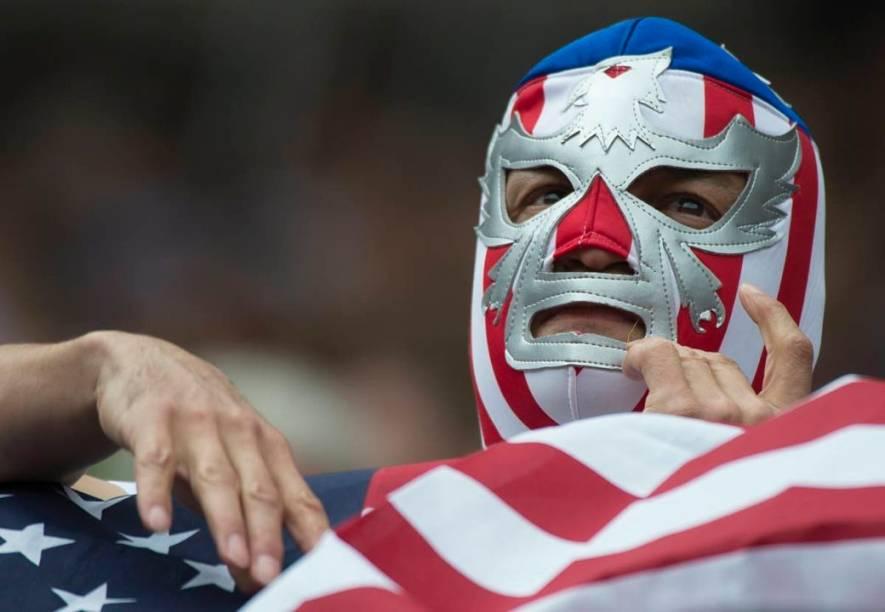 Torcedor americano com máscara à moda dos atletas de luta livre mexicanos