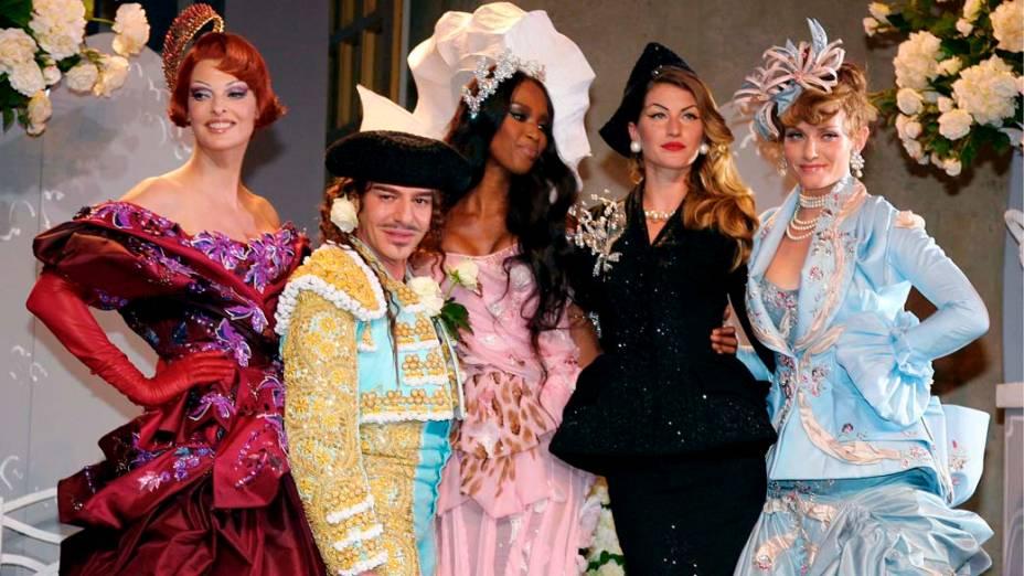 John Galliano com Linda Evangelista, Naomi Campbell, Giselle Bundchen e Amber Valletta - 02/07/2007