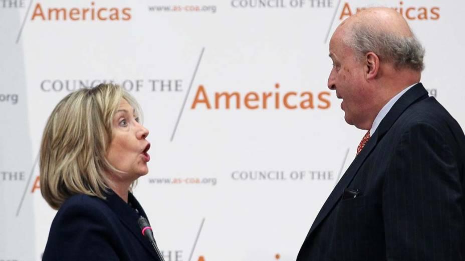 Em Washington, John Negroponte, presidente do Conselho das Américas, e Hillary Clinton, após discurso na 41º Conferência das Américas