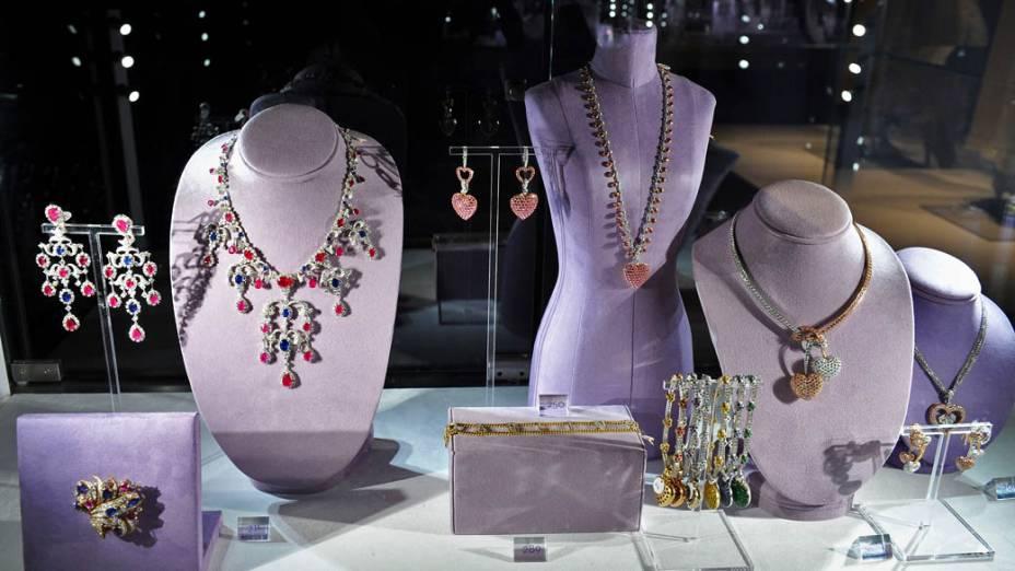 """Jóias integrantes da exposição """"A Coleção de Elizabeth Taylor"""", cujas peças serão leiloadas na Christies entre 13 e 16 de dezembro, em Nova York"""