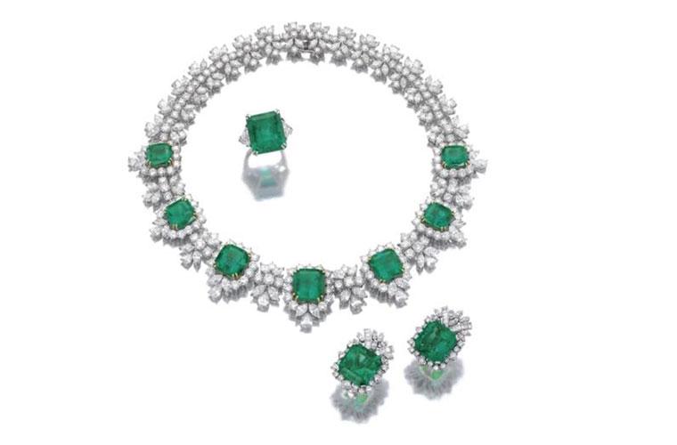 Esmeraldas e diamantes: o conjunto de colar, anel e brincos era o item mais aguardado do leilão. Valor estimado em 850.000 reais. Arrematado por 1.924.000 reais
