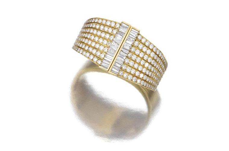 Bracelete em ouro amarelo: 15,5 centímetros de circunferência para as sete fileiras de brilhantes. Valor estimado em 25.600 reais. Arrematado por 52.000 reais
