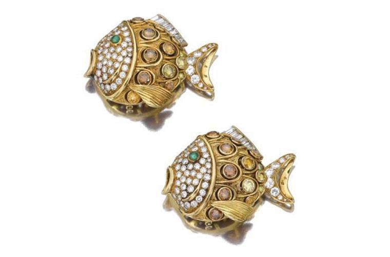 Peixes preciosos: a dupla de broches em ouro amarelo, diamantes coloridos e esmeraldas é assinada pela maison de joias francesa René Boivin, uma das mais renomadas do século XX. Valor estimado em 25.600 reais. Arrematado por 128.800 reais