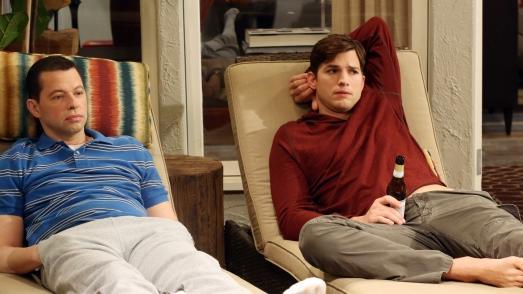 Jon Cryer e Ashton Kutcher em cena de Two and a Half Men