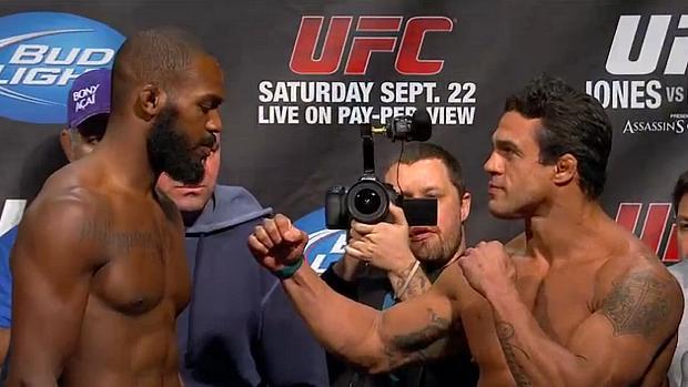 Jon Jones (à esq.) e o brasileiro Vitor Belfort na pesagem para o UFC 152
