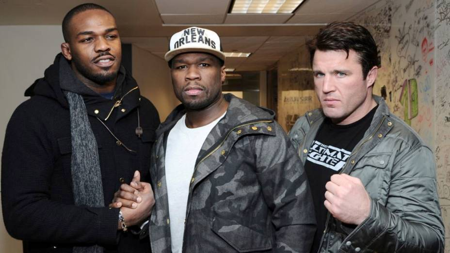 Jon Jones e Chael Sonnen posam para foto ao lado do rapper 50 Cent