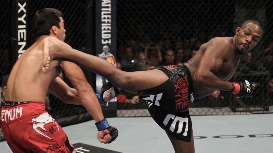 Jon Jones dá um chute em Lyoto Machida no UFC 140