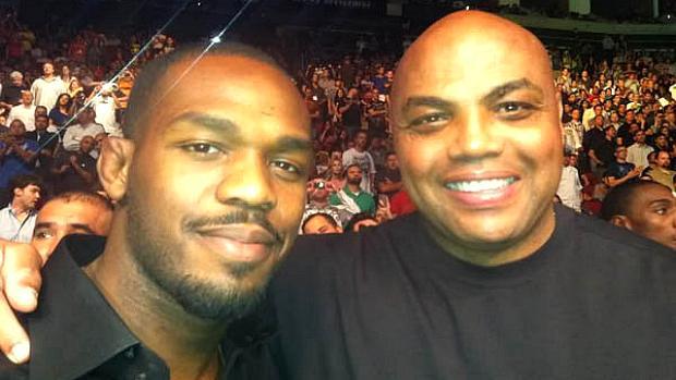 Jon Jones e o ex-jogador de basquete Charles Barkley