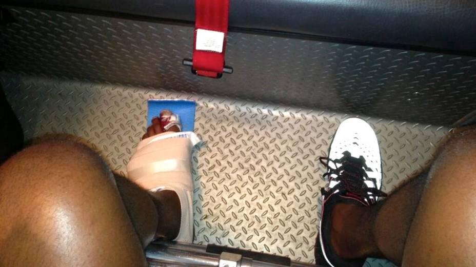 UFC 159: Jon Jones postou no Twitter foto do dedão fraturado enquanto era levado de ambulância para o hospital