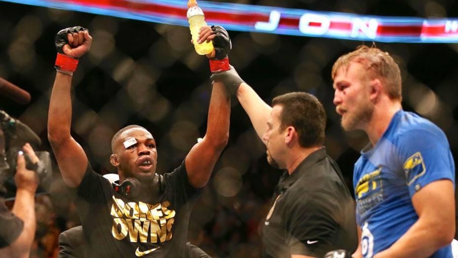 Jon Jones é declarado vencedor na luta contra Alexander Gustafsson, em Toronto, no UFC 165