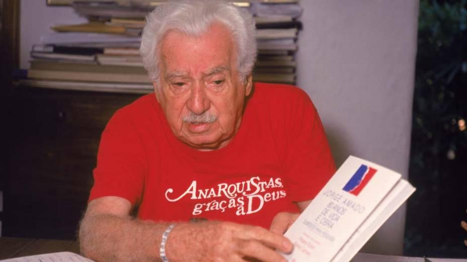 Em 1992, Jorge Amado com o livro Jorge Amado, 80 anos de vida e obra, de Rosane Rubim e Maried Carneiro