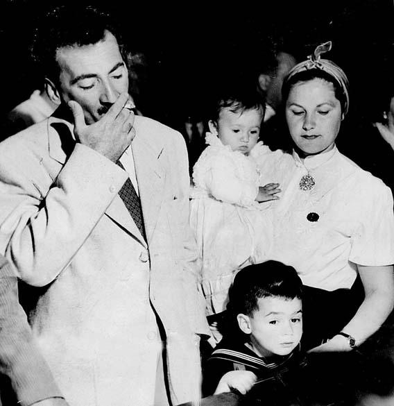 Jorge Amado, Zélia Gattai e os filhos João Jorge e Paloma, ao retornarem do exílio em 1952, no aeroporto do Galeão, Rio de Janeiro