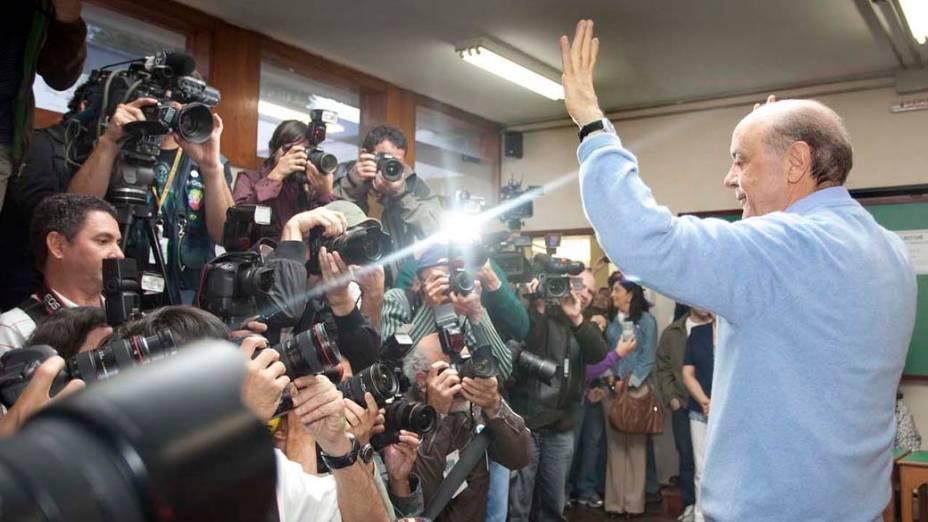 O candidato José Serra posa para fotógrafos após votar em São Paulo. 03/10/2010