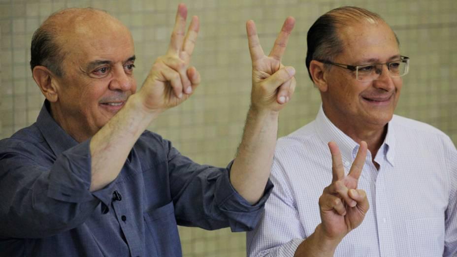 O governador de São Paulo Geraldo Alckmin posa para fotos ao lado do candidato a prefeitura Jose Serra (PSDB), após votar no colégio Santo Américo durante a manhã deste domingo
