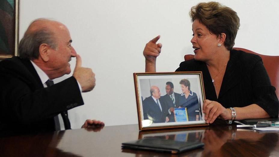 Joseph Blatter e Dilma Rousseff conversam de forma descontraída no Palácio do Planalto, nesta sexta-feira