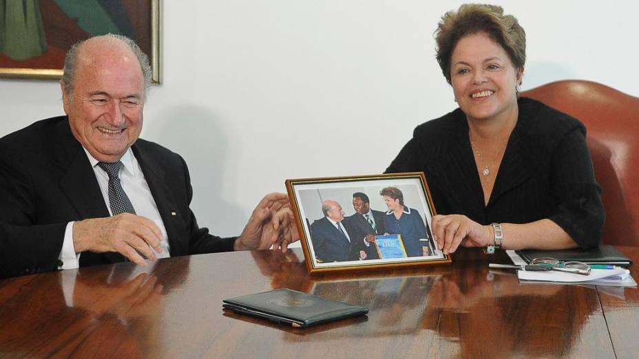 Joseph Blatter presenteia Dilma Rousseff com uma foto na reunião realizada na manhã desta sexta-feira, no Palácio do Planalto