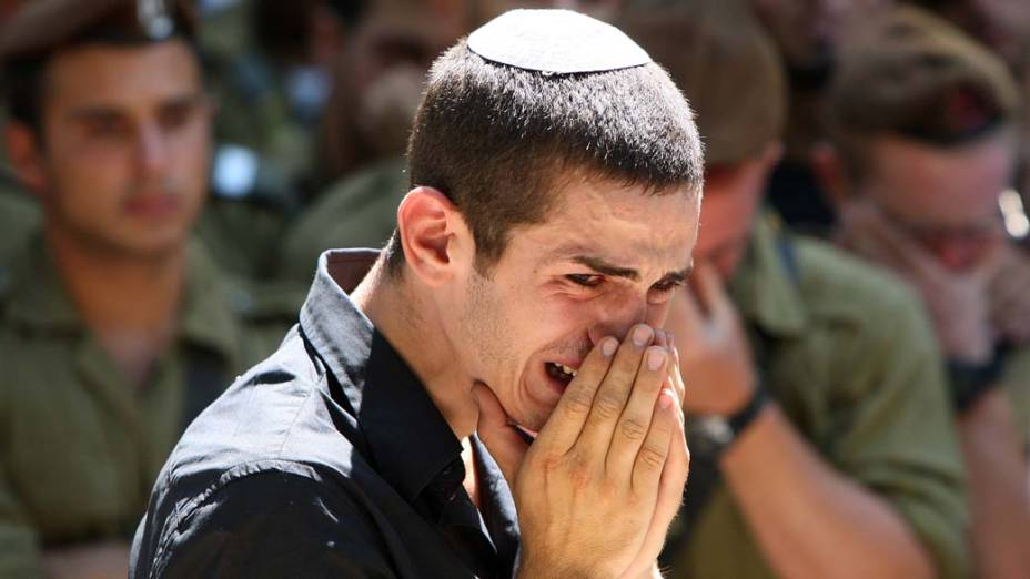 Israelense durante o funeral de um jovem soldado em Jerusalém. Cerca de 8 soldados foram mortos durante um ataque aéreo