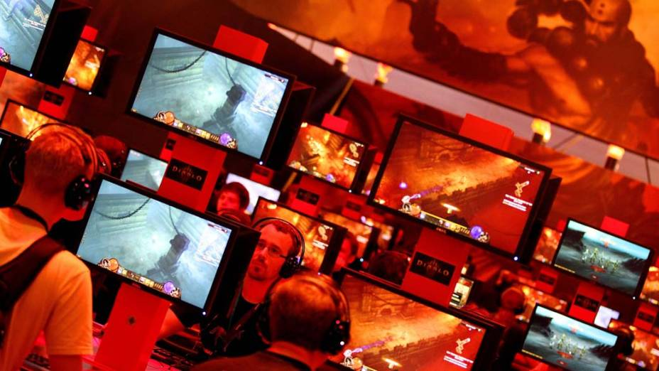 Jovens em feira de jogos interativos em Colônia, Alemanha