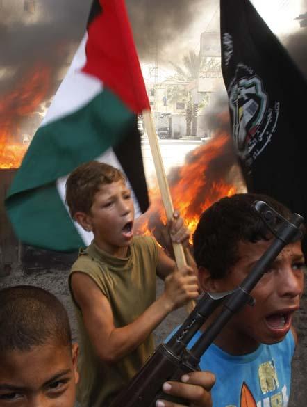 Jovens palestinos protestam contra a violência dos soldados israelitas, nos arredores da cidade de Ain al-Helweh, Líbano