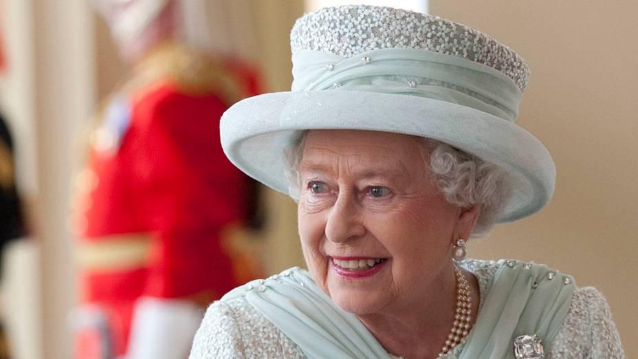 Rainha Elizabeth II no Palácio de Buckingham após procissão em carruagem, em Londres