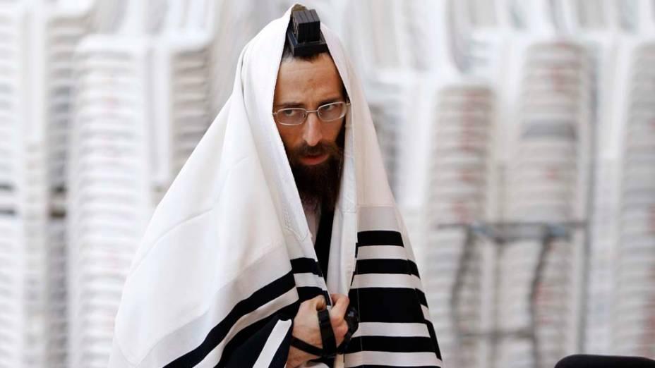 Judeu ultra-ortodoxo reza no Muro das Lamentações, na cidade velha de Jerusalém, em Israel