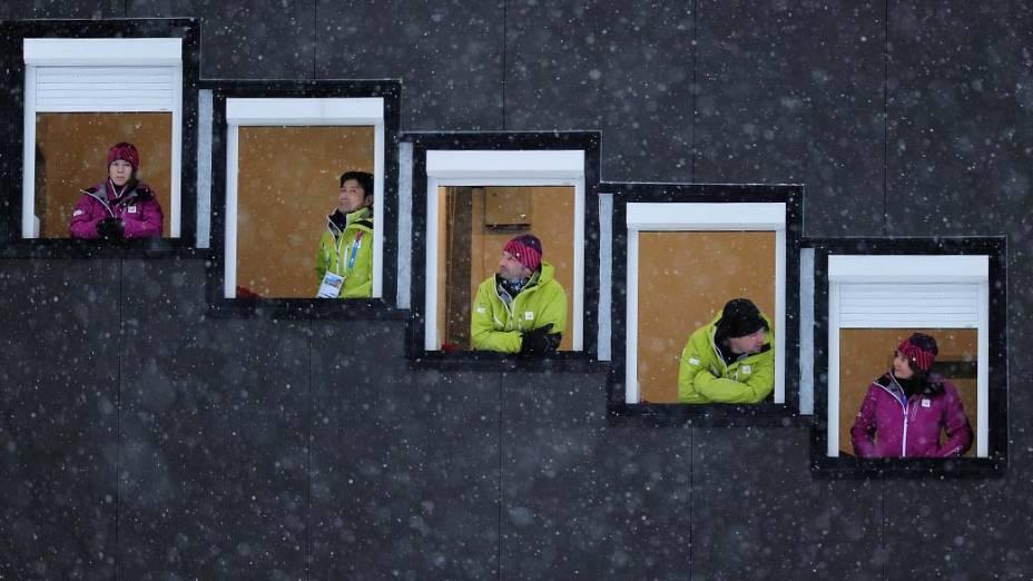 Juízes durante treino oficial de salto de esqui feminino em Seefeld, Áustria