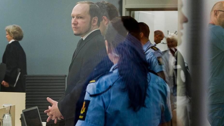 Ander Breivik, autor confesso do massacre de 22 de julho na Noruega, comparece a mais um dia de julgamento na corte de Oslo nesta quinta-feira