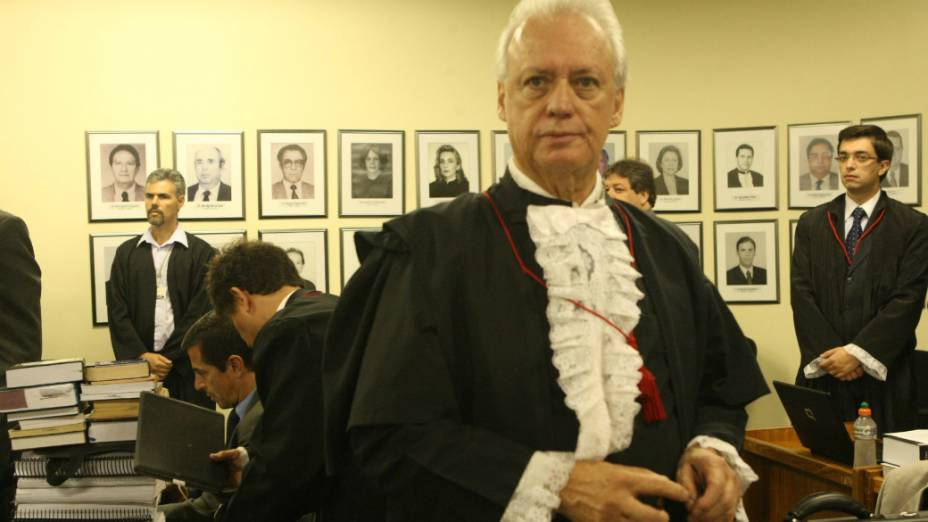 Rui Pimenta, advogado do goleiro Bruno, na sala de audiência do Fórum, em Contagem