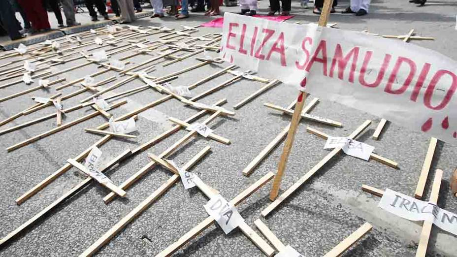 Populares realizam manifestação em frente ao fórum de Contagem, Minas Gerais antes do início do julgamento do goleiro Bruno e outros 4 acusados de sequestro e assassinato de Eliza Samudio