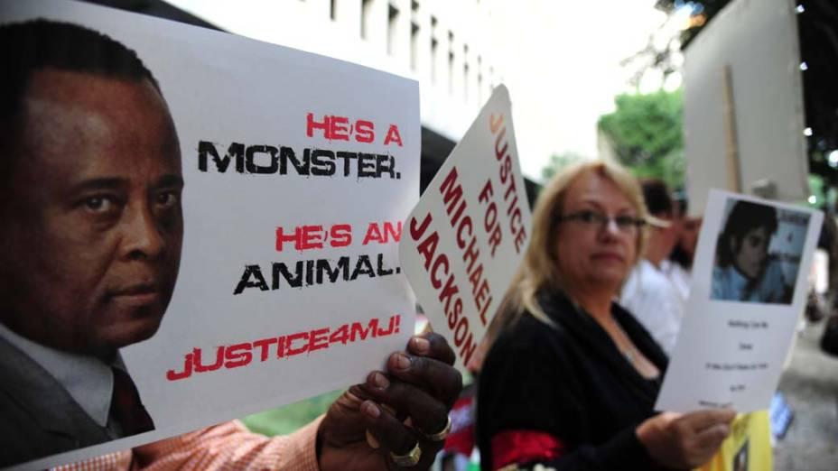 Pessoas protestam contra o médico Conrad Murray em frente a Corte Superior de Los Angeles, no dia em que começa seu julgamento pela morte de Michael Jackson