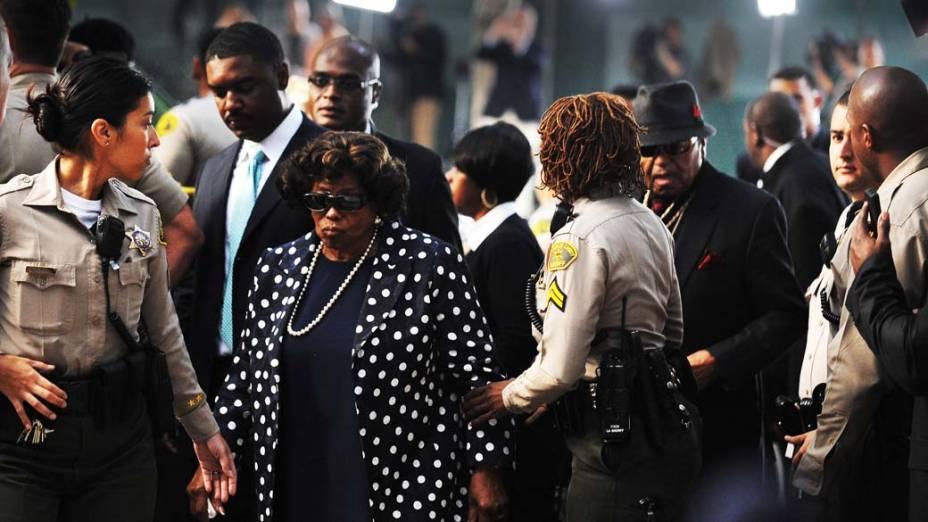 Katherine e Joe Jackson chegam para o primeiro dia do julgamento do médico Conrad Murray, pela morte de Michael Jackson, em Los Angeles