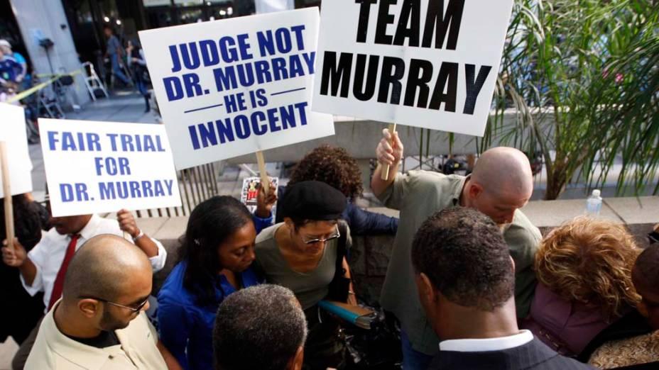 Pessoas protestam a favor do médico Conrad Murray em frente a Corte Superior de Los Angeles, no dia em que começa seu julgamento pela morte de Michael Jackson